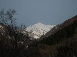 ▲翌朝には大朝日岳山頂が顔を見せてくれました。