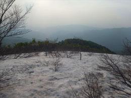 ▲登りの最後で100mほどの残雪あり