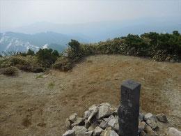 ▲小朝日岳山頂は雪はありませんが今日は風が強く停滞できず、すぐに出発…