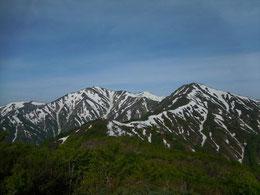▲残雪まとう大朝日岳・小朝日岳を一望