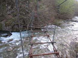 ▲途中のつり橋はまだ中板が外された状態