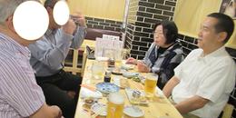 湯谷祐三先生(右)を囲んで。隣は進藤多万さん。講座では伺えなかったお話も。