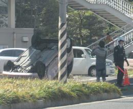逆さまになった車(左)