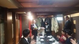 花束と写真を受け取る永井さん