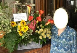 お嫁さんが広島から贈ってくれた         花の前でほほ笑む老母
