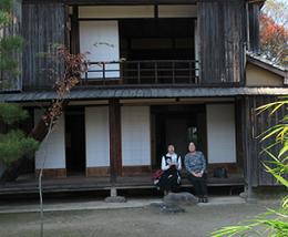 竹田荘母屋で進藤多万さん(右)、見延典子