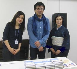 本文社の財津正人代表(中央)、スタッフの清水麻央さん(左)、見延典子(右)