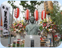 本郷通商店街にある「長濱萬蔵」の像     (札幌市白石区)