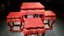 堆朱の小卓と榻(とう)