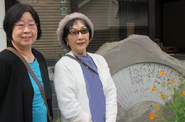 しばしば紹介している山陽詩碑の前で   進藤多万さん(左)、見延典子(右)