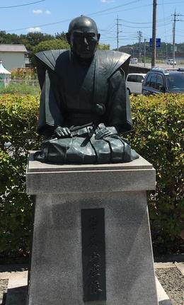 記念館前にある菅茶山座像