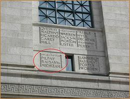 ボストン市立図書館の壁面に刻まれた「RAISANYO」と「MICHIZANE」