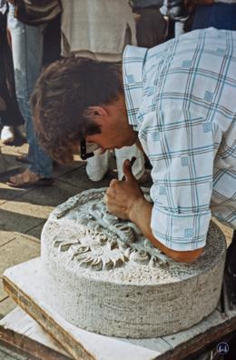 Herr Damerau 1983 bei der Bearbeitung seines Meisterstücks.