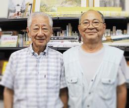長崎市の元助役で長崎史談会顧問の宮川雅一さん(左)と畳店を営む自治会長の岡部栄一さん。宮川さんの生家は老舗の酒類・食料品店だったとか。