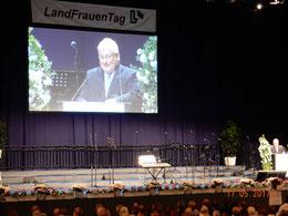 Landtagspräsident Klaus Schlie überbringt die Grußworte und Glückwünsche des Schleswig-Holsteinischen Landtages