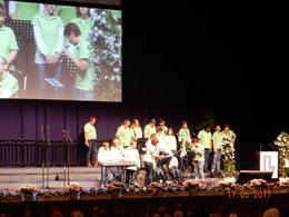 """Der Chor """"Fliekemas"""" der Stiftung Mensch aus Dithmarschen bringt ausgelassene Stimmung in die Halle"""