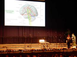 Daniel Scholz, vom Institut für Musikphysiologie in Hannover, erläutert den LandFrauen die Wirkung von Musik auf das Gehirn