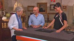 Bewertung eines Gegenstands durch die Expertin (rechts) (Bild: ZDF)