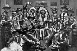 """1959 stirbt Patty Frank (Mitte, 3.v.l.), der Gründer des Karl-May-Museums in Radebeul – hier zu sehen inmitten von Mitgliedern des 1. Dresdner Indian-Cowboy-Clubs """"Manitou"""" bei einem Treffen 1938. Quelle: DNN"""