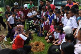植林の前には、活動の意義と木の植え方についての レクチャーを実施