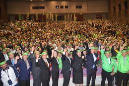総決起大会で、中山氏(中央)の必勝を期してガンバロー三唱する支持者=22日夜、市民会館大ホール