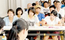 大人同士のディベートの内容を真剣にメモする「島ぷろ」の高校生たち=12日、石垣市総合体育館