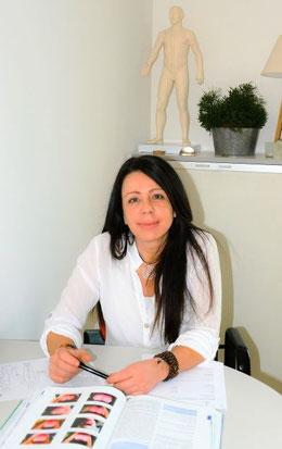 Ein Foto der Therapeutin Carla Esposito in ihrer Praxis