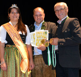vlnr: Imkerkönigin Elisabeth I., Robert & Jakob Mosbacher gewinnen 3 x Gold bei der steirischen Honigprämierung