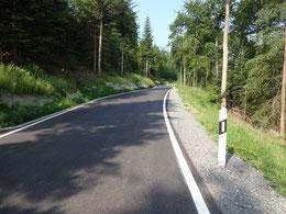 Frisch geteerte Straße nach Grunbach