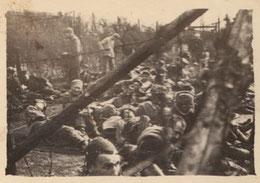 KZ-Häftlinge in einem extra gesicherten Bereich. Foto: vmtl. G. Chertier, zw. 20. und 29.4.1945, GLS (Bestand M. Joannon)