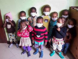 Die Kleinsten des MiRO haben im März Masken geschenkt bekommen, die sie aber nur kurz fürs Foto aufgezogen haben ;)