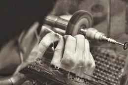 photo-noir-et-blanc-travail-de-l-argent-sur-une-bague-meuleuse