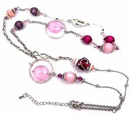 photo collier sautoir moderne argenté avec perles fuchsia, rose, mauves en verre, céramique, cristal