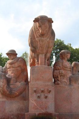 Der Stierbrunnen. Arnswalder Platz in Berlin. Foto: Helga Karl