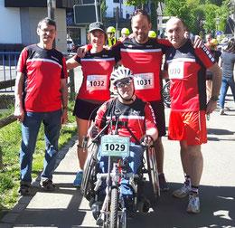 Vier Läufer und ein Handbiker
