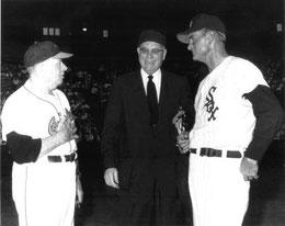 Nella foto al centro Ed Rommel primo arbitro con gli occhiali - Con lui Jimmy Dykes Manager degli Orioles e Paul Richards Manager  dei White Sox