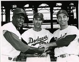 Sal Maglie al centro con Jackie Robinson a sinistra e Carl Furillo a destra con la maglia dei  Brooklyn Dodgers
