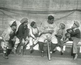 Nella foto Babe Ruth parla con alcuni ragazzi