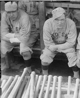 A sx Babe Ruth a destra Bill Carrigan, manager dei Red Sox. Assieme vinsero le World Series nel 1915 e 1916. I Red Sox vinsero ancora nel 1918 e poi dovranno aspettare il 2004 (leggi la maledizione del bambino)