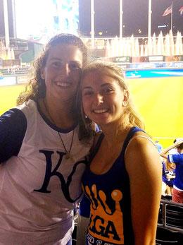A sinistra Azzurra Baroncini e a destra Gloria Di Lauro alla partita tra White Sox e Royals presso lo stadio di Kansas City il 10 Agosto scorso