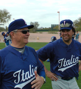 Nella foto Bill Holmberg con Mike Piazza (foto Oldmanagency/FIBS)