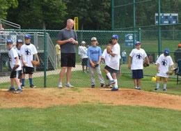 Nella foto Jeff Nelson (ex MLB pitcher) istruisce giovani lanciatori  durante un Camp