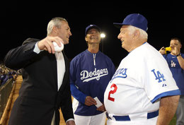 Nella foto Steve Sax prima di un lancio commemorativo accompagnato dai sorrisi di Tom Lasorda e Don Mattingly (Christian Petersen/Getty Images)