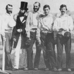 Una foto dei giocatori dell'epoca. Quello con la bombetta è l'umpire Dr. J.B Jones - Una curiosità: La mazza in foto pesava 52 oz le attuali sono intorno a 29-32