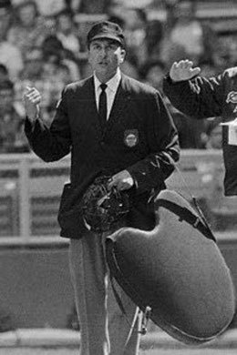 Nella foto l'umpire dell'American League Louis J. DiMuro