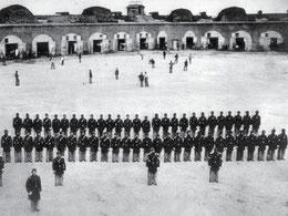 La foto è una delle rare testimonianze esistenti di una partita di baseball militare durante la guerra civile. Riprende soldati Compagnia G, Volontari 48 ° dello Stato di New York (Fort Pulaski, Georgia)   (Photo by Fort Pulaski Military Park)