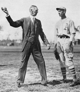 Nella foto Connie Mack, proprietario e manager dei Philadelphia Athletics, istruisce un suo lanciatore.