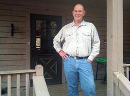 Nella foto Kevin Bumgarden, il padre di Madison davanti alla casa costruita con le sue mani