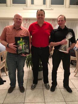 Präsident Patrik Schärer (m.) dankt und ehrt Daniel Studer (li.) und Matthias Gäumann