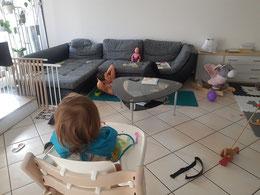 Tabea am Rumpftraining währenddem die Tochter gemütlich isst